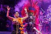 Lila Downs y danzantes mayas durante el cierre del festival de Vida y Muerte Xcaret 2016