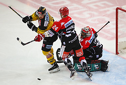 04.01.2017, Albert Schultz Halle, Wien, AUT, EBEL, UPC Vienna Capitals vs HC TWK Innsbruck Die Haie, 39. Runde, im Bild Kelsey Tessier (UPC Vienna Capitals), Florian Pedevilla (HC TWK Innsbruck Die Haie) und Andy Chiodo (HC TWK Innsbruck Die Haie) // during the Erste Bank Icehockey League 39th Round match between UPC Vienna Capitals and HC TWK Innsbruck Die Haie at the Albert Schultz Ice Arena, Vienna, Austria on 2017/01/04. EXPA Pictures © 2017, PhotoCredit: EXPA/ Thomas Haumer