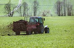 THEMENBILD - ein Landwirt düngt eine Wiese mit seinem Traktor und verstreut Mist, aufgenommen am 20. April 2019, Saalfelden, Österreich // a farmer fertilizes a meadow with his tractor and scatters dung on 2019/04/20, Saalfelden, Austria. EXPA Pictures © 2019, PhotoCredit: EXPA/ Stefanie Oberhauser