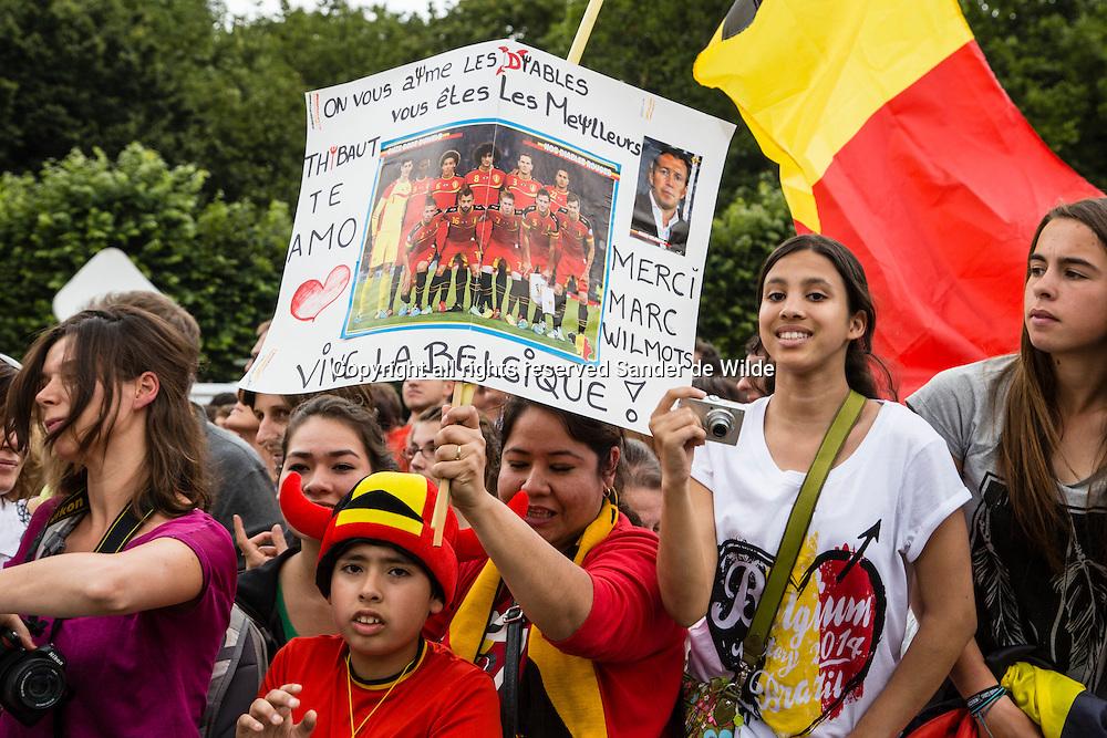 Rode Duivels ontvangst op het Koninklijk Paleis door koning Filip en koningin Mathilde.  fans op het podium Paleizenplein