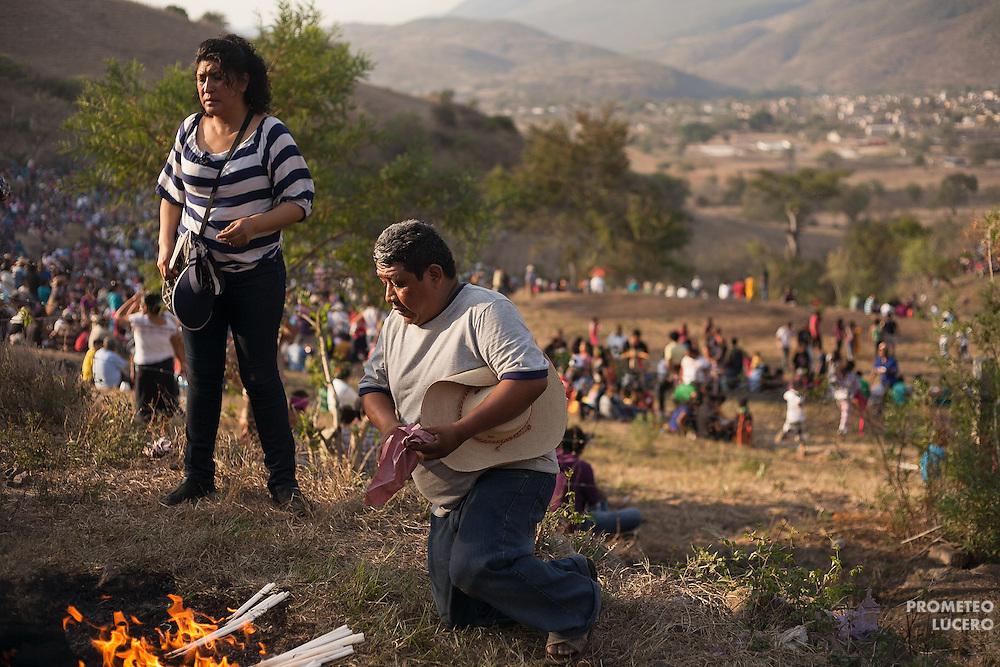 Adultos colocan una ofrenda en un cerro cercano a Acatl&aacute;n antes del anochecer.<br /> <br /> Cada a&ntilde;o, Ind&iacute;genas nahuas de Acatl&aacute;n, municipio de Chilapa, Guerrero, protagonizan en las alturas del Corozco o &quot;Lugar de las Cruces&quot;, la Pelea de Tigres para atraer la lluvia y mejorar las cosechas. En el batimiento participan hombres, pero tambi&eacute;n mujeres y ni&ntilde;os. La creencia es que mientras m&aacute;s peleas haya, mejores lluvias habr&aacute; para el campo. (Foto: Prometeo Lucero)