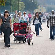 Nederland Rotterdam 27 september 2009 20090927.                                                                                    .Promenade Kralingse Plas, mensen genieten van zomerweer en maken een wandeling over de promenade. .People  enjoying sunny weather in parc..Foto: David Rozing