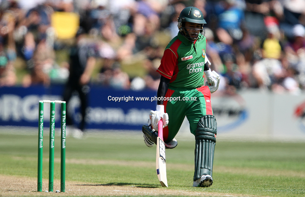 Mushfiqur Rahim takes a quick single.<br /> Cricket - 2nd ODI New Zealand Black Caps v Bangladesh, 8 February 2010, University Oval, Dunedin, New Zealand.<br /> International Cricket Season 2009/2010<br /> Photo: Rob Jefferies/PHOTOSPORT