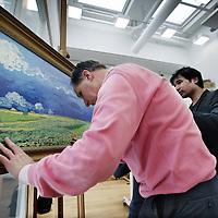 Nederland, Amsterdam  , 5 maart 2015.<br /> Van Gogh op gevoel.<br /> <br /> Van Gogh op gevoel bestaat uit een interactieve rondleiding door het museum voor bezoekers met een visuele beperking. In een speciaal ingericht atelier vindt een aanraaksessie plaats: met behulp van vereenvoudigde reliëfkaarten en een maquette van De slaapkamer wordt het werk van Van Gogh letterlijk tastbaar. Hoogtepunt van de aanraaksessie vormen de relievo's (hoogwaardige 3D-reproducties van Zonnebloemen, De slaapkamer, Korenveld onder onweerslucht en Landschap bij avondschemering) die gevoeld kunnen worden. Zintuigen worden verder geprikkeld met bijvoorbeeld de geur van lavendel uit Zuid-Frankrijk en voorgelezen briefcitaten van Van Gogh.<br /> Foto:Jean-Pierre Jans