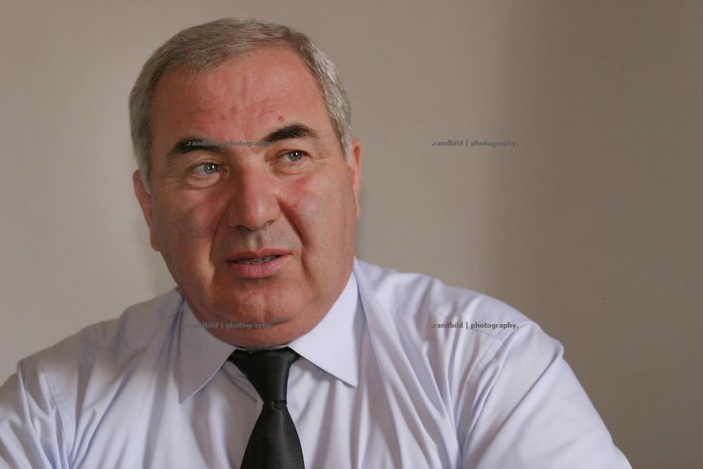 Georgien/Abchasien, Suchumi, 2006-08-25, Der abchasische Parlamentspräsident Nugsar Ashuba in seinem Büro in der abchasischen Hauptstadt Suchumi. Abchasien erklärte sich 1992 unabhängig von Georgien. Nach einem einjährigen blutigen Krieg zwischen den Abchasen und Georgiern besteht seit 1994 ein brüchiger Waffenstillstand, der von einer UNO-Beobachtermission unter personeller Beteiligung Deutschlands überwacht wird. Trotzdem gibt es, vor allem im Kodorital immer wieder bewaffnete Auseinandersetzungen zwischen den Armee der Länder sowie irregulären Kämpfern. (Nugsar Ashuba, president of the abkhaszian parliament. Abkhazia declared itself independent from Georgia in 1992. After a bloody civil war a UNO mission observing the ceasefire line between Georgia and Abkhazia since 1994. Nevertheless nearly every day armed incidents take place in the Kodori gorge between the both armys and unregular fighters )
