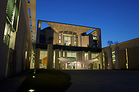 24 MAR 2003, BERLIN/GERMANY:<br /> Bundeskanzleramt, Ostseite bei Sonnenuntergang<br /> Chancellory, seat of the Federal Chancellor of Germany, at sunset<br /> IMAGE: 20030324-04-005<br /> KEYWORDS: Kanzleramt