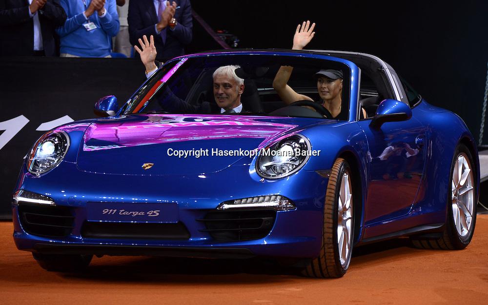 Porsche Grand Prix 2014 in Stuttgart, internationales WTA Damen Tennis Turnier, Porsche Arena,Siegerin Maria Sharapova (RUS) fährt den gewonnenen Porsche auf den Tennisplatz.