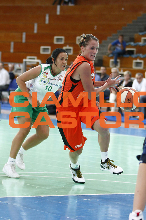 DESCRIZIONE : Napoli Palavesuvio LBF Opening Day Erg Power&amp;Gas Priolo Famila Schio<br /> GIOCATORE : Chiara Pastore<br /> SQUADRA : Famila Schio<br /> EVENTO : Campionato Lega Basket Femminile A1 2009-2010<br /> GARA : Erg Power&amp;Gas Priolo Famila Schio<br /> DATA : 11/10/2009 <br /> CATEGORIA : palleggio<br /> SPORT : Pallacanestro <br /> AUTORE : Agenzia Ciamillo-Castoria/E.Castoria