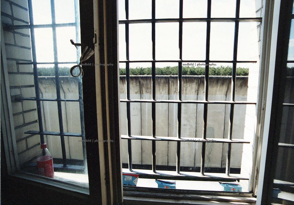 Der Ausblick durch die Gitter der Justizvollzugsanstalt Celle-Salinenmoor nach draussen. View out of a prison cell. JVA Celle-Salinenmoor