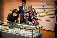 ARITA - Prinses Kiko en Prinses Laurentien brengen een bezoek aan het Kyushu Ceramics Museum. ANP ROYAL IMAGES ROBIN UTRECHT