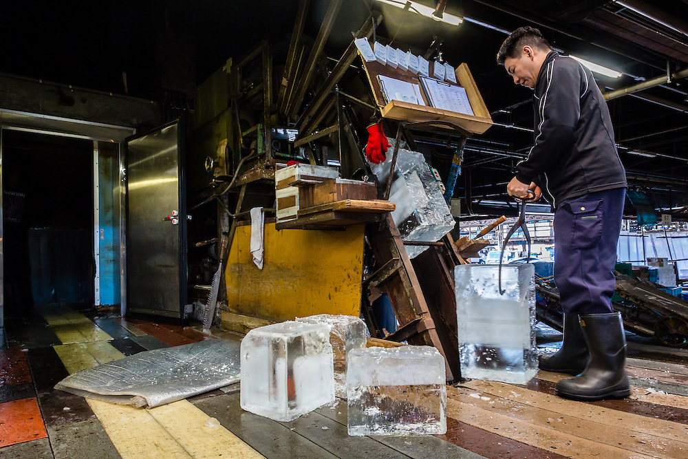 Ice sellers are essential figures at Tsukiji. They cut up huge chunks of ice, and put them through a grinding machine, so that the fish seller can then have the ice they need to keep the fish fresh.
