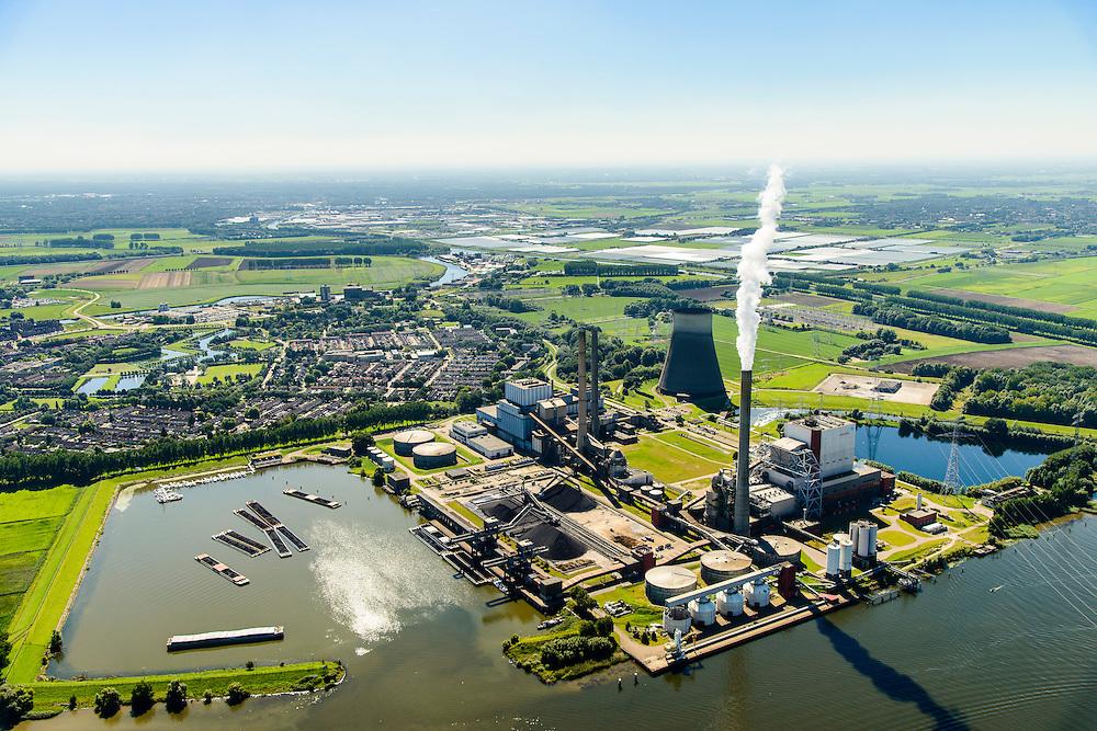 Nederland, Brabant, Geertruidenberg, 23-08-2016; Amercentrale, kolengestookte elektriciteitscentrale van Essent met karakeristieke koeltoren. De centrale verwerkt volgens de producent ook schone biomassa  en houtgas. De centrale ligt aan het riviertje de Amer. Links in de haven de duwbakken met kolen.<br /> Amer power plant.<br /> luchtfoto (toeslag op standard tarieven);<br /> aerial photo (additional fee required);<br /> copyright foto/photo Siebe Swart