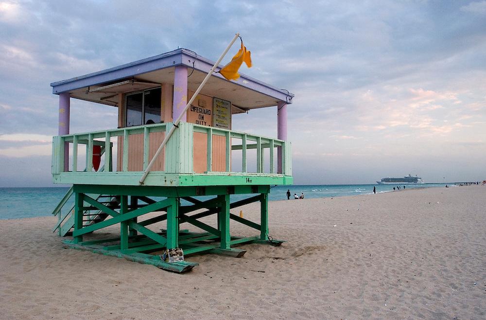 Una caseta de vigilancia de Miami Beach, pintada en los característicos tonos pastel art deco del sur de Florida.