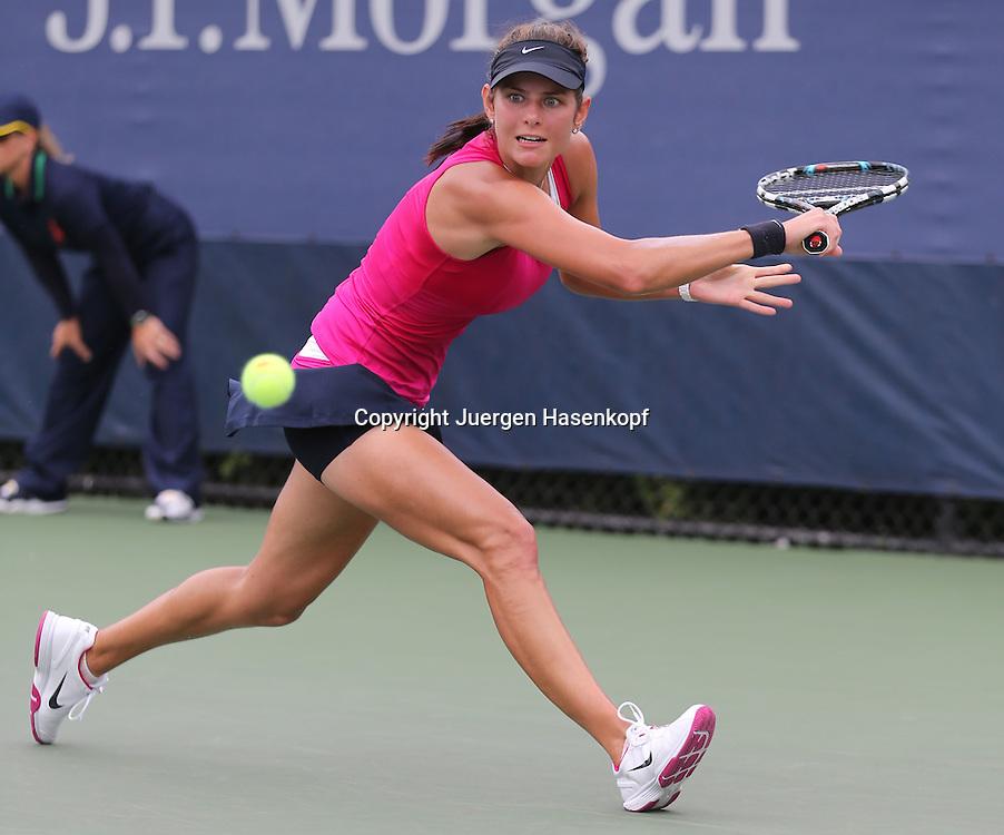 US Open 2012, USTA Billie Jean King National Tennis Center, Flushing Meadows, New York,.ITF Grand Slam Tennis Tournament ..Julia Goerges (GER),Aktion,Einzelbild,Ganzkoerper,.Querformat,