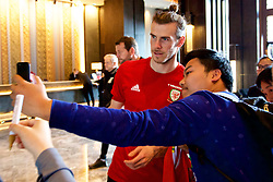 NANNING, CHINA - Wednesday, March 21, 2018: Wales' Gareth Bale meets supporters afrer a team walk near the Wanda Realm Resort ahead of the 2018 Gree China Cup International Football Championship. (Pic by David Rawcliffe/Propaganda)
