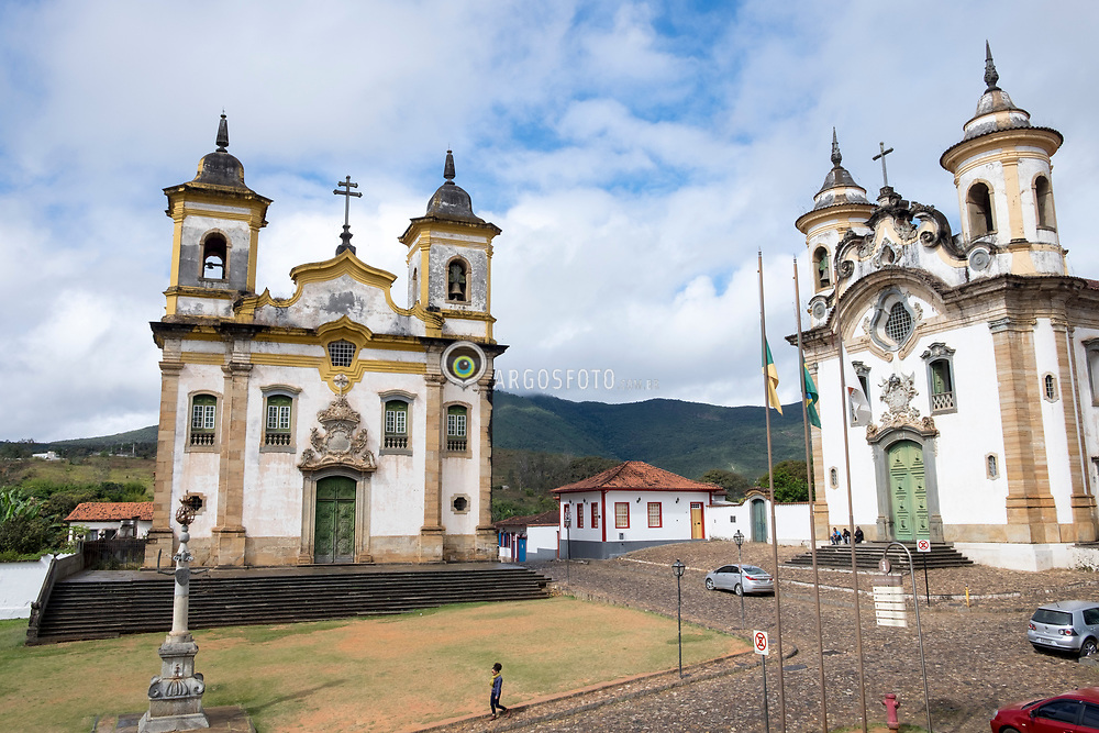 Cidade historica de Mariana, em Minas gerais. Mariana foi a primeira vila, cidade e capital do estado. A economia local depende principalmente do turismo e da extracao de minerios. Igreja Sao Francisco de Assis (esq.), o pelourinho e a Igreja Nossa Senhora do Carmo na Praca de Minas Gerais, no centro historico de Mariana = Sao Francisco de Assis (St. Francis of Assisi) and Nossa Senhora do Carmo (Our Lady of Mount Carmel) churches in the historic town of Mariana, Minas Gerais, Brazil. Mariana is the oldest city in the state of Minas Gerais. It is a tourist city, founded on July 16, 1696, and retains the characteristics of a baroque city, with its churches, buildings and museums.