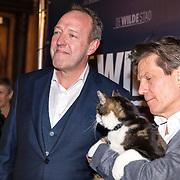 NLD/Amsterdam/20180226 - Premiere De wilde stad, Harry Piekema met regisseur Mark Verkerk en de kat Abatutu