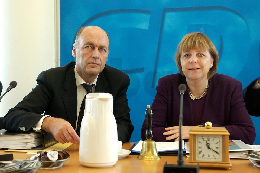 09 FEB 2004, BERLIN/GERMANY:<br /> Laurenz Meyer (L), CDU Generalsekretaer, und Angela Merkel (R), CDU Bundesvorsitzende, im Gespraech, vor Beginn einer Sitzung des CDU Bundesvorstandes, CDU Bundesgeschaeftsstelle<br /> IMAGE: 20040209-01-004<br /> KEYWORDS: Gespr&auml;ch