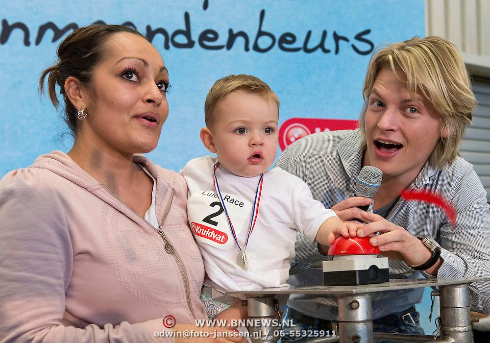 Winnaar van de luierrace baby Gino mag samen met Thomas Berge de Negenmaandenbeurs in de RAI openen, middels een druk op de rode knop. Vijf dagen lang is er in de Rai alles te vinden op het gebied van zwangerschap en geboorte.