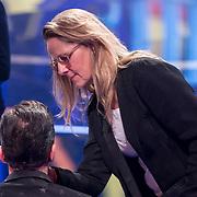 NLD/Baarn/20180410 - 2018 finale 'It Takes 2, visagiste Barbara van Munster bezig met Gerard Ekdom