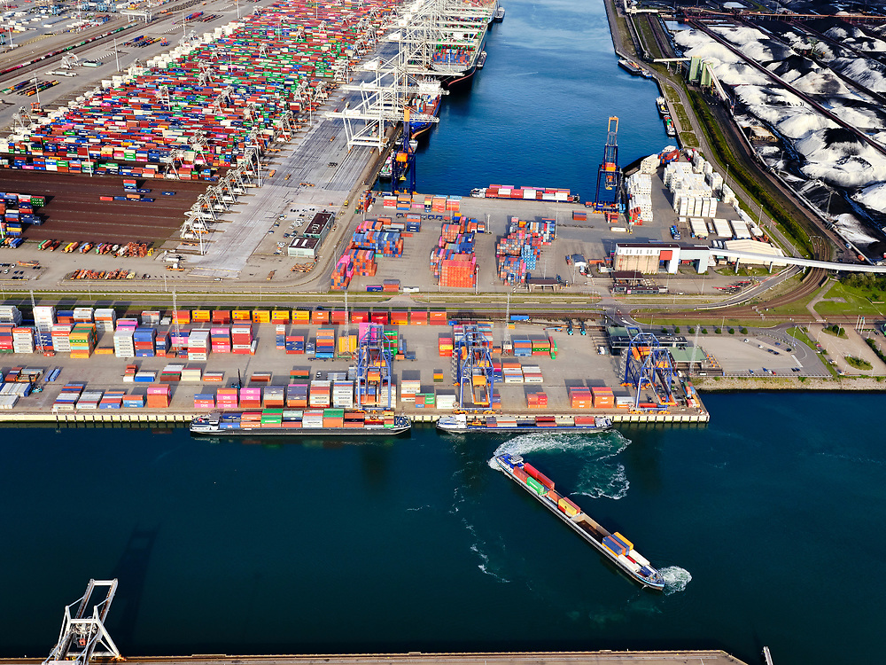 Nederland, Zuid-Holland, Rotterdam, 14-09-2019; Tweede Maasvlakte (MV2),  Hartelhaven (voorgrond), Amazonehaven, met ECT Delta Terminal (containers). EMO (overslag droge bulk, zoals erts en kolen). <br /> Second Maasvlakte (MV2), Maasvlakte Plaza. Amazonehaven, with ECT Delta Terminal (containers) and Mississippihaven with EMO (transshipment of dry bulk, such as ore and coal).<br /> <br /> luchtfoto (toeslag op standard tarieven);<br /> aerial photo (additional fee required);<br /> copyright foto/photo Siebe Swart