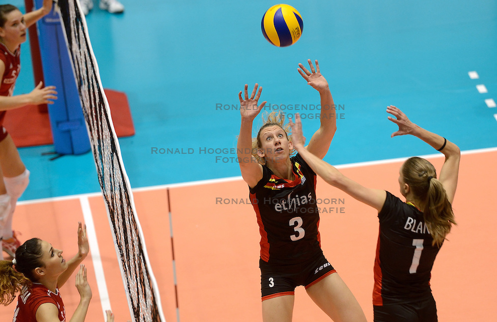 08-08-2014 NED: FIVB Grand Prix Belgie - Polen, Doetinchem<br /> Frauke Dirickx, Angie Bland