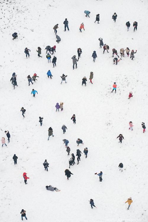 La neige à Paris, une cour de récréation