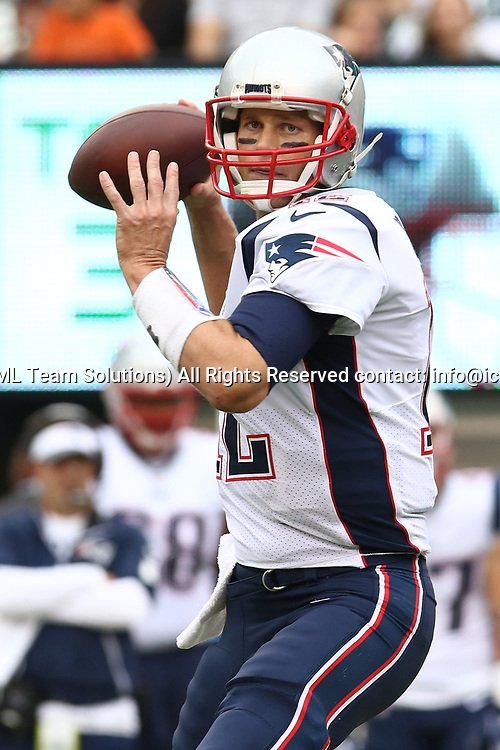 EAST RUTHERFORD, NJ - OCTOBER 15: New England Patriots Quarterback Tom Brady #12 passes the ball during the first half of a regular season NFL game between the New England Patriots and the New York Jets on October 15, 2017, at MetLife Stadium in East Rutherford, NJ. (Photo by David Hahn/Icon Sportswire)
