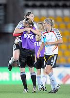 Fussball Frauen FIFA U 20  Weltmeisterschaft 2008    27.11.2008 Deutschland - Kanada   Germany - Canada Kim KULIG (li) und Bianca SCHMIDT (re, beide GER) freuen sich nach dem Spiel.