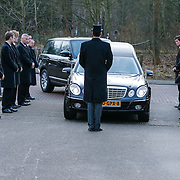 NLD/Drievliet/20130104 - Uitvaart Arend Langeberg, aankomst rouwauto