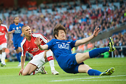 LONDON, ENGLAND - Tuesday, May 5, 2009: Manchester United's Ji-Sung Park scores the opening goal against Arsenal after a mistake by Kieran Gibbs during the UEFA Champions League Semi-Final 2nd Leg match at the Emirates Stadium. (Photo by David Rawcliffe/Propaganda)