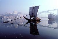 Portugal - Porto - Le fleuve Douro et les anciens bateaux transportant le Porto