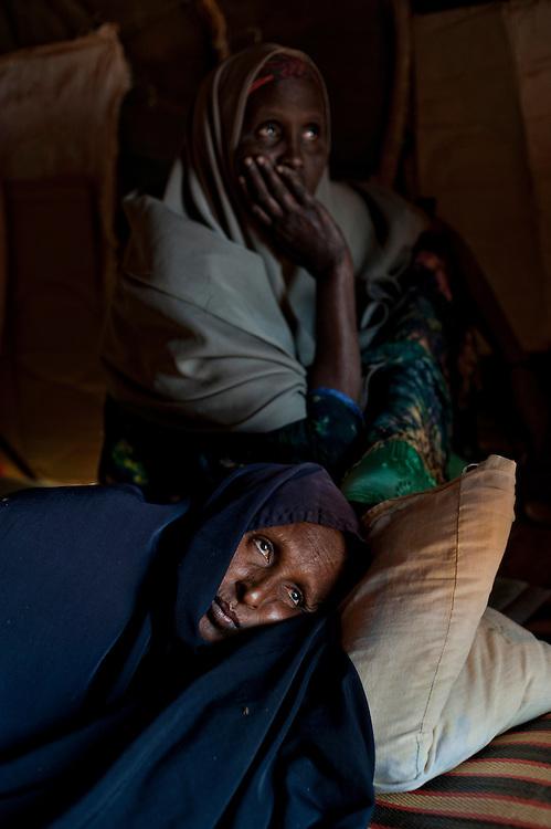 """Kenya, camp de réfugiés de Dadaab. Djohara cheikh Abdi est allongée dans la pénombre.  Ses proches nous attirent dans la tente où elle se repose, très faible. """"Sa rougeole est à l'intérieur"""", explique mystérieusement sa soeur. Elle est transportée et prise en charge dans une clinique de proximité gérée par Médecins Sans Frontières."""