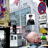 Duitsland.Berlin. 14 mei 2005. .Berlijn (Duits: Berlin) is de hoofdstad van Duitsland en als stadstaat een deelstaat van dat land. Het is een metropool en de grootste stad van het land, met 3.415.742 inwoners. Het is tevens de op één na grootste stad in de Europese Unie..Berlijn geldt in Europa als één van de grootste culturele, politieke en wetenschappelijke centra. De stad is ook bekend vanwege het hoog-ontwikkelde culturele leven (festivals, nachtleven, musea, kunsttentoonstellingen enz.) en de liberale levensstijl, moderne zeitgeist en de lage kosten. Bovendien is Berlijn één van de groenste steden van Europa: 18% van Berlijn bestaat uit natuur en parken en 7% uit meren, rivieren en kanalen..De stad ligt in het noordoosten van het land, aan de rivier de Spree en wordt omsloten door de deelstaat Brandenburg, waarvan ze sinds 1920 geen deel meer uitmaakt..Op de foto Checkpoint Charlie was tijdens de verdeling van Berlijn een controlepost op de grens van de Amerikaanse en Russische sector, bij een doorgang in de Berlijnse Muur in de Friedrichstraße..Omdat dit de derde doorgang was op de grens tussen West en Oost (sinds de instelling van de invloedssferen na de Tweede Wereldoorlog), werd het Charlie genoemd, naar de derde letter van het spellingsalfabet van de NAVO. Checkpoint Charlie was a checkpoint on the border of the Russian and American sectors during the division of Berlin,  a passage in the Berlin Wall in the Friedrich Strasse.
