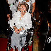 NLD/Amsterdam/20100522 - Concert Toppers 2010, Mary Heuckeroth in rolstoel, moeder van Gordon