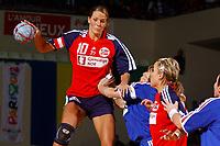 Håndball<br /> Foto: Dppi/Digitalsport<br /> NORWAY ONLY<br /> <br /> PARIS ILE DE FRANCE TOURNAMENT 2004 <br /> PARIS (FRA) - 05/12/2004<br /> <br /> FRANKRIKE v NORGE<br /> <br /> GRO HAMMERSENG (NOR) - VERONIQUE PECQUEUX ROLLAND (FRA)