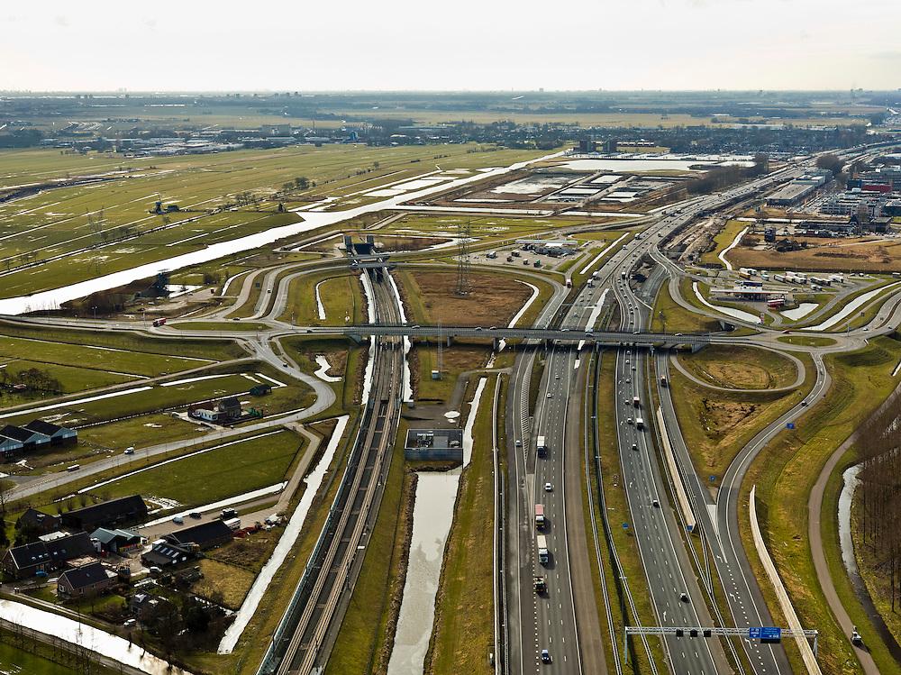 Nederland, Zuid-Holland, Gemeente Leiderdorp, 20-02-2012; Zicht op de Bospolder met ingang boortunnel onder het Groene Hart van de hogesnelheidslijn (HSL-Zuid). Links het water van de Does, rechts autosnelweg A4. Het Groene Hart met Zoeterwoude op het tweede plan, Zoetermeer aan de horizon..View of the Bospolder with entrance to the drilled tunnel of the High Speed Line (HSL) of the High Speed Line (HSL) under so-called the Green Heart. A4 motorway (right). The Green Heart with Zoeterwoude on the secondary level, Zoetermeer on the horizon..luchtfoto (toeslag), aerial photo (additional fee required).copyright foto/photo Siebe Swart
