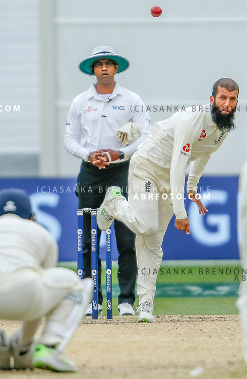 Moeen Ali bowling during day 5 of the 2017 boxing day test.
