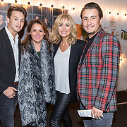 NLD/Katwijk/20171030 - 7 jaar Soldaat van Oranje - De Musical, Natasja Froger met haar kinderen , Danny Froger, Maxim Froger, Natascha Froger