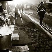 A POCOS KILOMETROS DE LA CIUDAD DE LA PAZ SE <br />  ENCUENTRA   KALAJAHUIRA, LUGAR DONDE HAY UNA <br />  &quot;TRANCA&quot; O CONTROL POLICIAL , ALREDEDOR DEL <br />  CUAL HAN APARECIDO UNA GRAN CANTIDAD DE<br />  CHIRINGUITOS QUE ABASTECEN A CONDUCTORES Y    PASAJEROS, ANTES DE EMPRENDER VIAJE POR LA   CARRETRA DE LOS YUNGAS. FOTO : JORDI CAMI