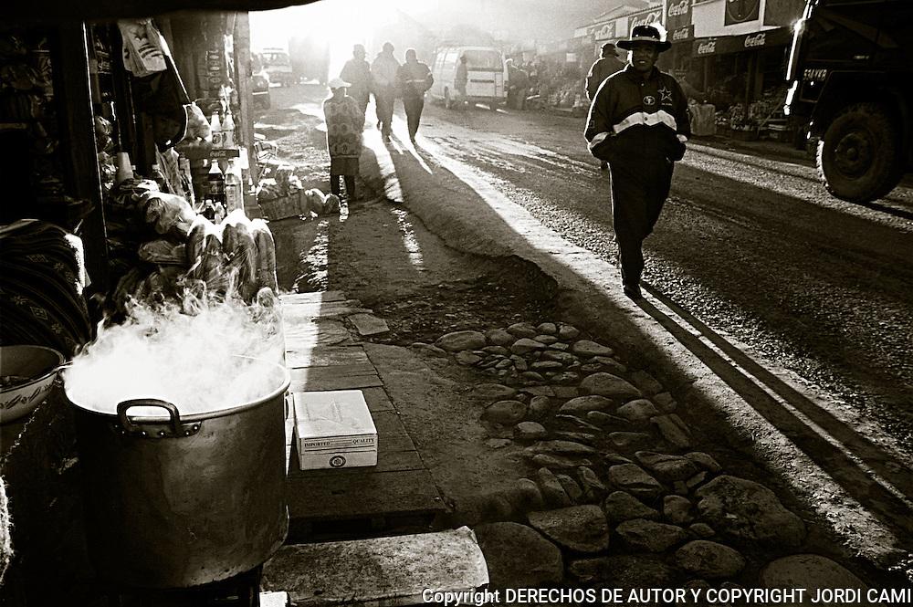 """A POCOS KILOMETROS DE LA CIUDAD DE LA PAZ SE <br />  ENCUENTRA   KALAJAHUIRA, LUGAR DONDE HAY UNA <br />  """"TRANCA"""" O CONTROL POLICIAL , ALREDEDOR DEL <br />  CUAL HAN APARECIDO UNA GRAN CANTIDAD DE<br />  CHIRINGUITOS QUE ABASTECEN A CONDUCTORES Y    PASAJEROS, ANTES DE EMPRENDER VIAJE POR LA   CARRETRA DE LOS YUNGAS. FOTO : JORDI CAMI"""