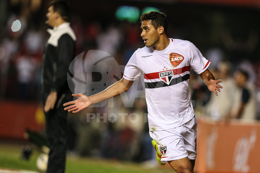 SAO PAULO, SP, 10.08.2014 - CAMP. BRASILEIRO - SAO PAULO - VITORIA - Alan Kardec do Sao Paulo comemora o seu gol durante partida contra o Vitoria jogo valido pela 14 rodada do Campeonato Brasileiro no Estadio Cicero Pompeu de Toledo no Morumbi regiao sul de Sao Paulo neste domingo, 10. (Foto: William Volcov / Brazil Photo Press).