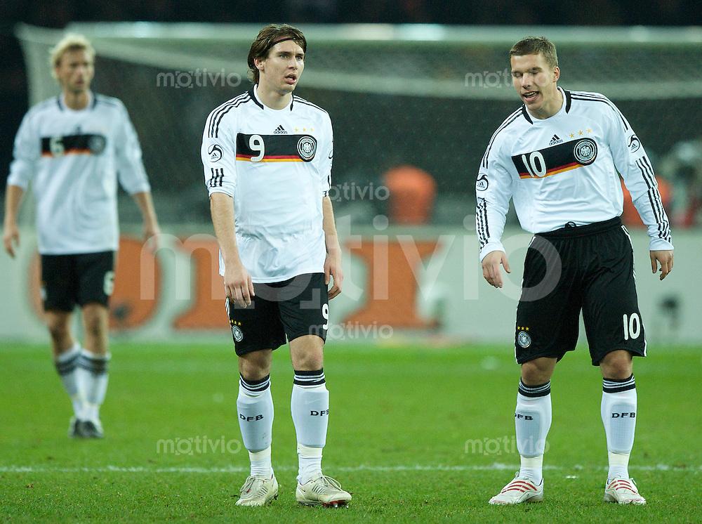 Fussball International 2008/2009 19.11.2008 Freundschaftsspiel Deutschland - England Patrick HELMES (l) im Gespraech mit Lukas PODOLSKI (GER).