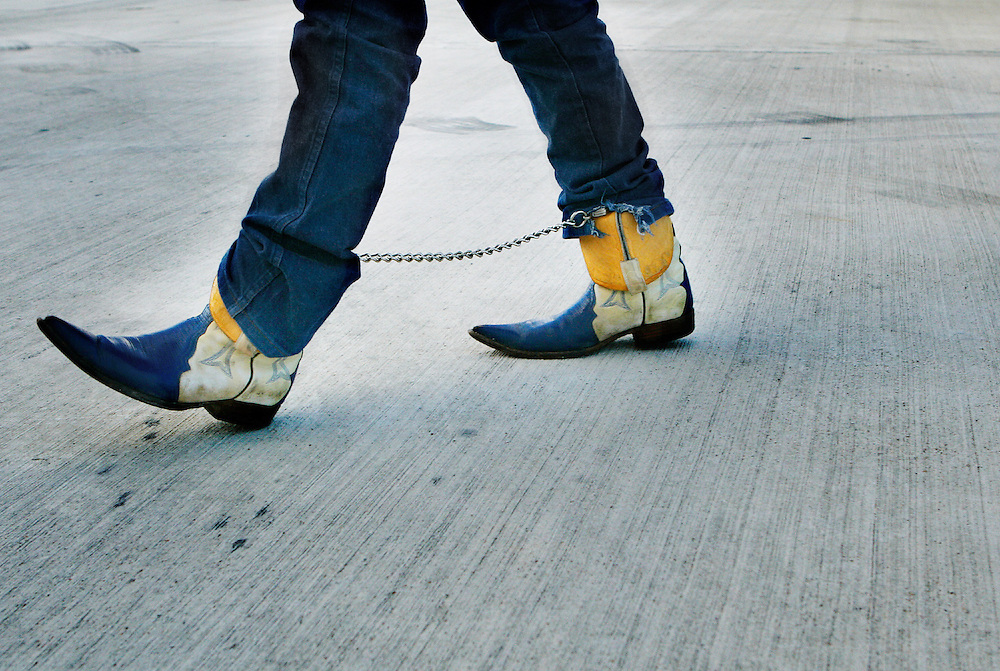 Botas de vaquero mexicano con cadenas. Muchos deportados tratar de mantener su identidad local