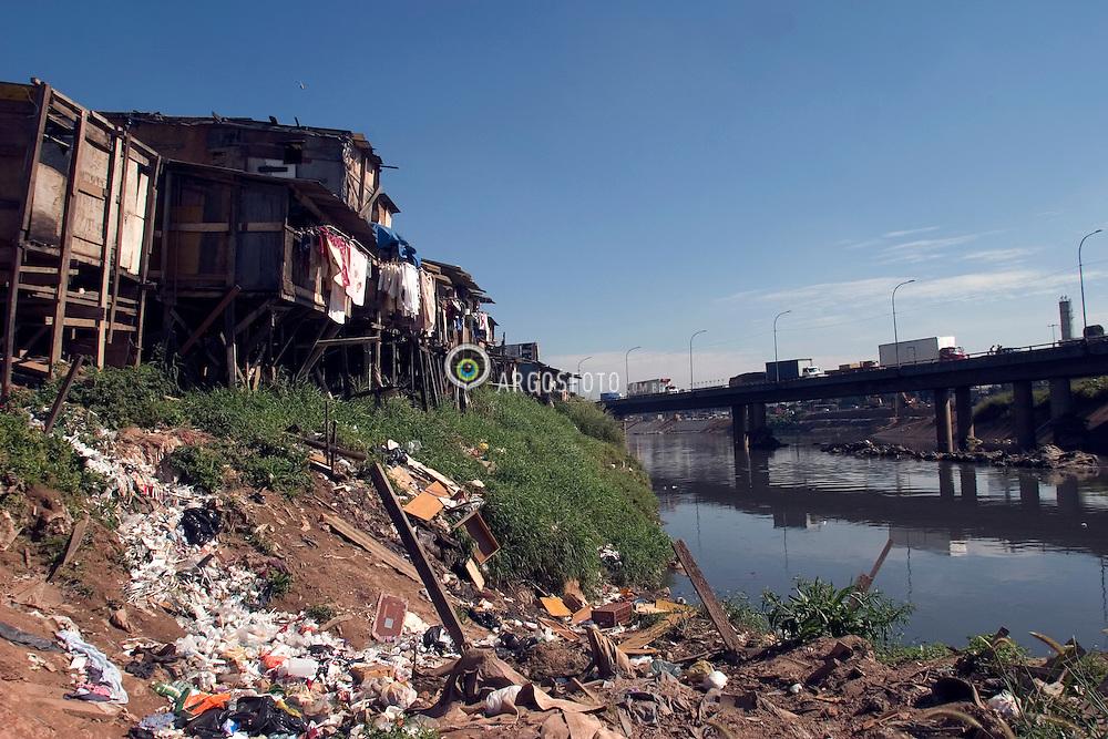 Sao Paulo, SP, Brasil. 29/06/2004.Favela do Gato no bairro do Bom Retiro em Sao Paulo, a beira do Rio Tiete./ Gato (Cat) Slum in Bom Retiro Borough, Sao Paulo, in the edge of the Tiete River. .Foto © Marcos Issa/Argosfoto