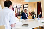Koning Willem Alexander tijdens een bezoek aan het Isala Ziekenhuis in Zwolle in het kader van de bestrijding van het coronavirus (COVID-19).De Koning sprak tijdens zijn bezoek onder meer met artsen, medewerkers van het crisis coördinatieteam en leden van de Raad van Bestuur. <br /> <br /> King Willem Alexander during a visit to the Isala Hospital in Zwolle in the context of the fight against the coronavirus (COVID-19). During his visit, the King spoke with doctors, employees of the crisis coordination team and members of the Board of Directors.