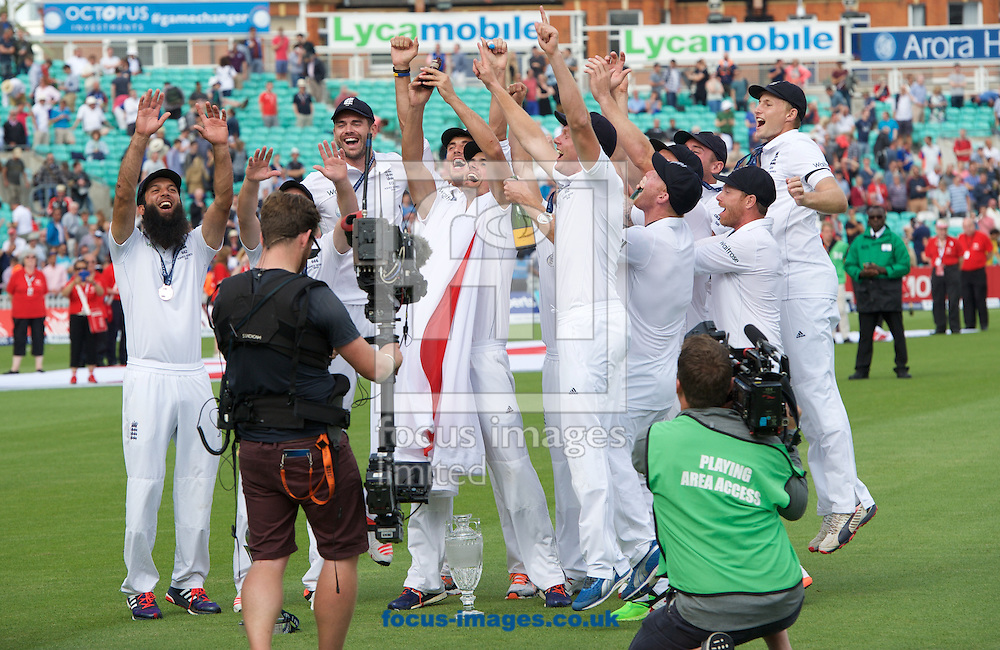 England celebrate after winning the Ashes test series during the 5th Investec Ashes Test match at the Kia Oval, London<br /> Picture by Alan Stanford/Focus Images Ltd +44 7915 056117<br /> 23/08/2015