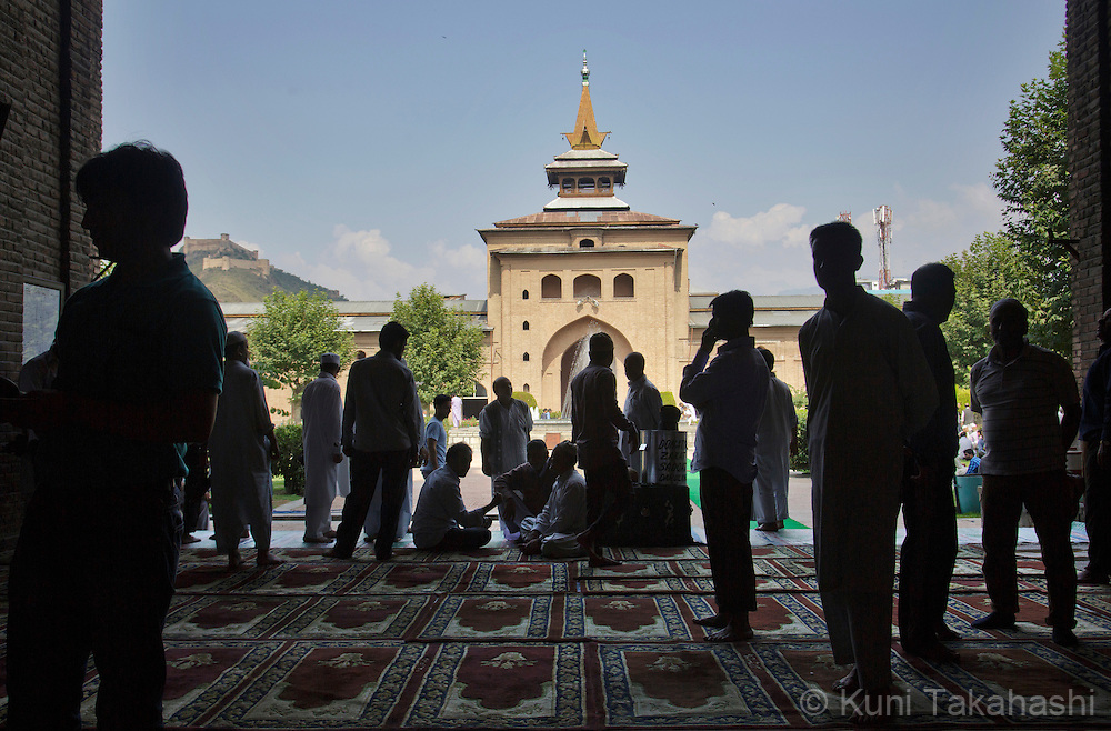 Muslims pray at historical Jamia Masjid (mosque) in Srinagar in Indian territory of Kashmir on August 29, 2014. (Photo by Kuni Takahashi)