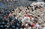 Protesters try to enter a U.S. air force base as police officers block them during an anti-U.S. protest demanding the withdrawal of U.S. troops from Korea in Gunsan, about 270 km (168 miles) south of Seoul August 10, 2007. /Lee Jae-Won