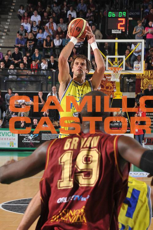 DESCRIZIONE : Treviso Lega A 2011-12 Umana Venezia Fabi Schoes Montegranaro<br /> GIOCATORE : Sandro Nicevic<br /> CATEGORIA :  Tiro<br /> SQUADRA : Umana Venezia Fabi Schoes Montegranaro<br /> EVENTO : Campionato Lega A 2011-2012<br /> GARA : Umana Venezia Fabi Schoes Montegranaro<br /> DATA : 30/10/2011<br /> SPORT : Pallacanestro<br /> AUTORE : Agenzia Ciamillo-Castoria/M.Gregolin<br /> Galleria : Lega Basket A 2011-2012<br /> Fotonotizia :  Treviso Lega A 2011-12 Umana Venezia Fabi Schoes Montegranaro  <br /> Predefinita :